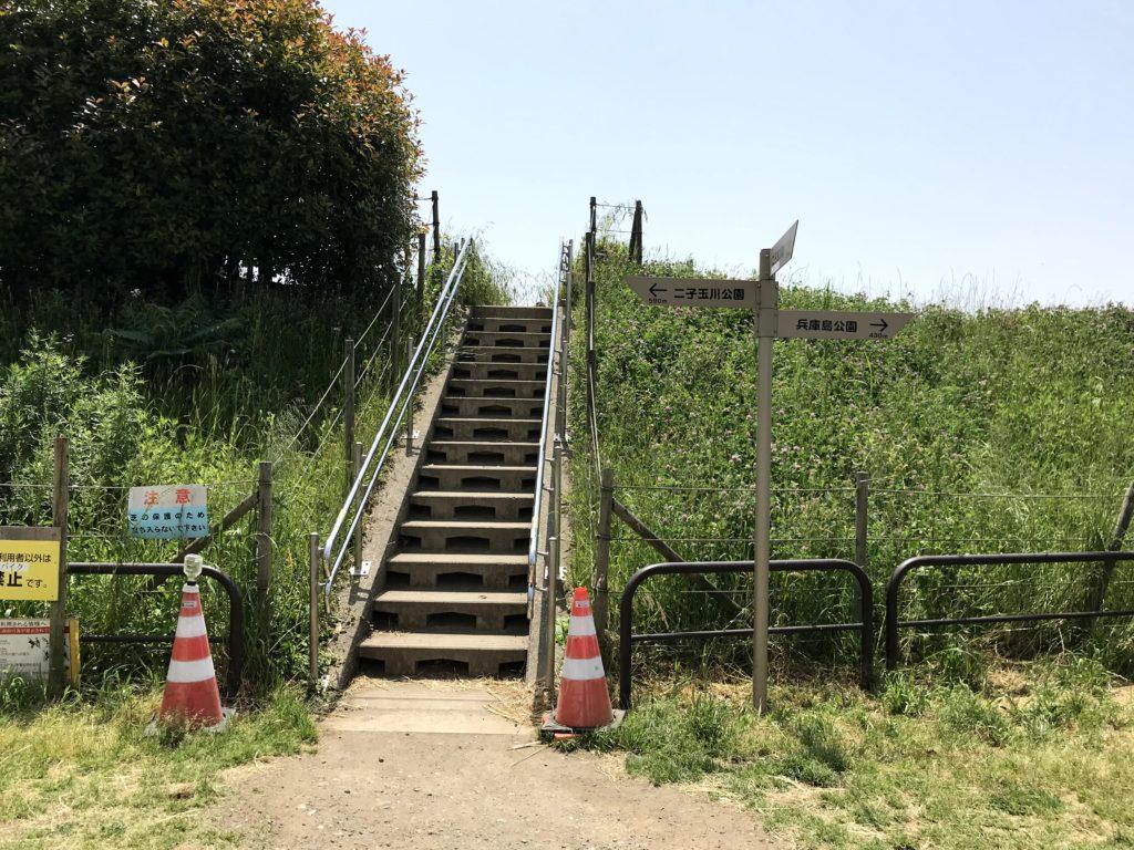 川側へ上がる階段